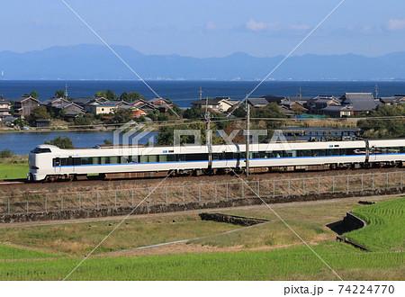 近江高島駅付近を走る特急サンダーバード 74224770