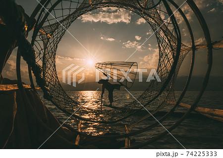 ミャンマーのインレー湖の漁師 74225333