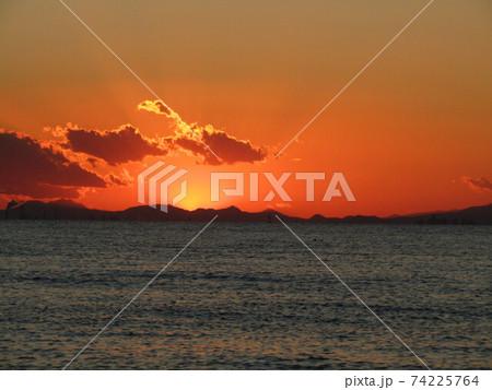東京湾を隔てて稲毛海岸から見た夕焼け 74225764