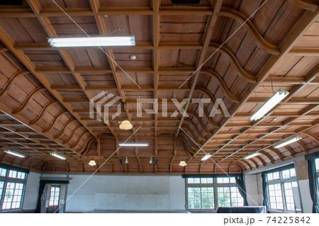 旧遷喬尋常小学校の広い講堂の格天井 74225842