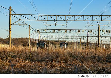 冬の凍てつく寒さの中新三田電留線に留置された列車 74227432