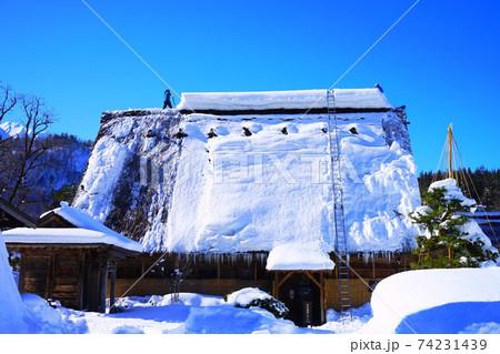 世界遺産白川郷(岐阜県)合掌造りの雪下ろし 74231439