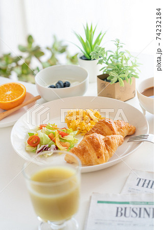 朝食 クロワッサンとスクランブルエッグとサラダ ブルーベリー入りヨーグルト 珈琲 青汁 オレンジ 74232184