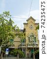 スペインバルセロナの街並み クリーム色の壁の建物 74235475