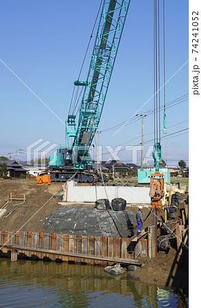橋の基礎工事とクローラクレーン、クレーン作業の様子 74241052