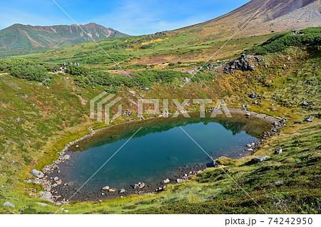 上から見下ろす摺鉢池と晩秋の情景@北海道 74242950