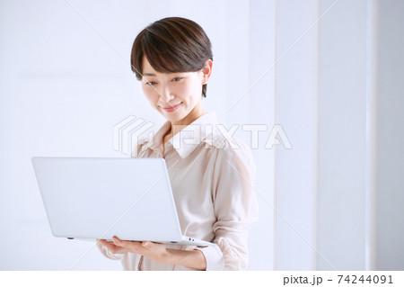オフィスでパソコンを持つビジネスウーマン  74244091