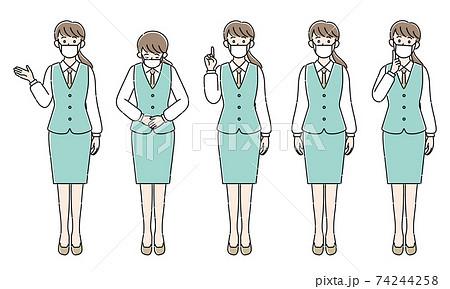 マスク着用で接客する女性スタッフ 74244258