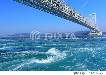 快晴下の大鳴門橋と渦潮 74246977