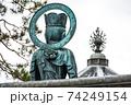 仏像後ろ姿光背を見る風景 74249154
