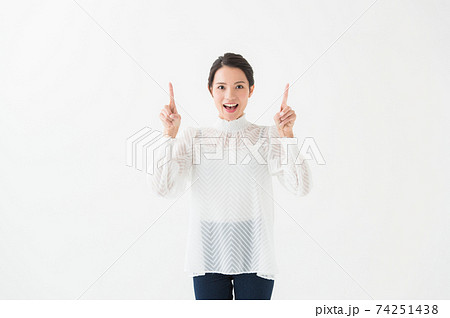 20代女性 ポートレート 白背景 74251438