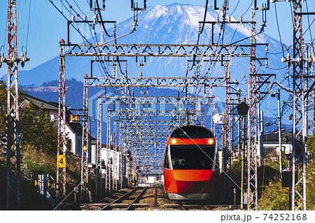 冠雪した富士山と小田急ロマンスカーGSE 74252168