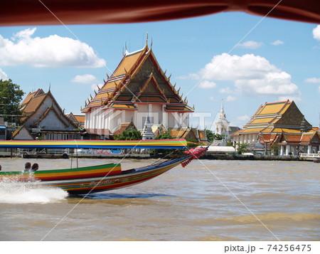 高速タクシーボートが走るタイのチャオプラヤ川から臨むワットプラケオの寺院 74256475