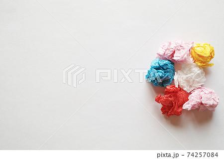 灰色の紙の右側に置いた複数の色紙の紙礫とコピースペース 74257084