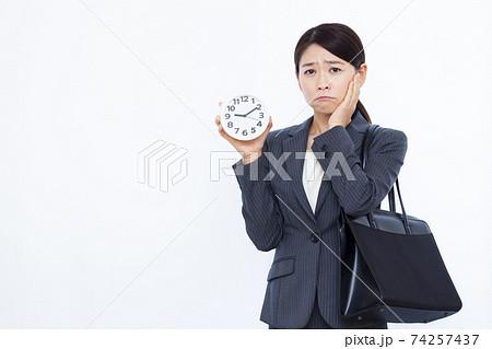 30代女性 ビジネスウーマン スーツ 74257437