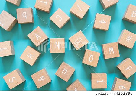 ランダム|バラバラに散らばったたくさんの積み木ブロック 74262896