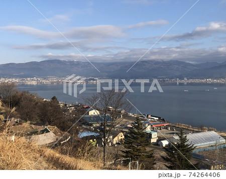 高速道路のサービスエリアから見た諏訪湖 74264406