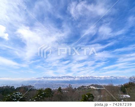 松本市内から冬の北アルプス方面を望む 長野県 74267239