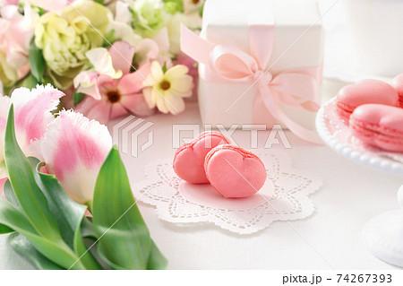 ピンクのハート型マカロン スプリングブーケ プレゼント 74267393