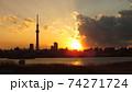 東京の街に悠然と立つ電波塔世界一の高さを誇る東京スカイツリーの夕暮れの風景 74271724