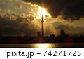 東京の街に悠然と立つ電波塔世界一の高さを誇る東京スカイツリーの夕暮れの風景 74271725