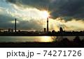 東京の街に悠然と立つ電波塔世界一の高さを誇る東京スカイツリーの夕暮れの風景 74271726