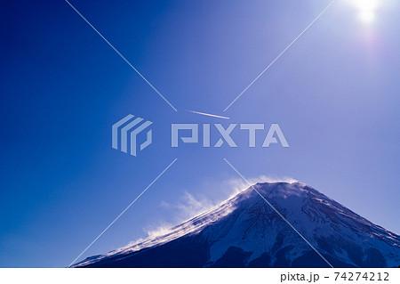 富士山 昼 午前 富士山 明るい 山梨 空 山梨県 忍野八海 忍野村 冬 残雪 雪 世界遺産 74274212