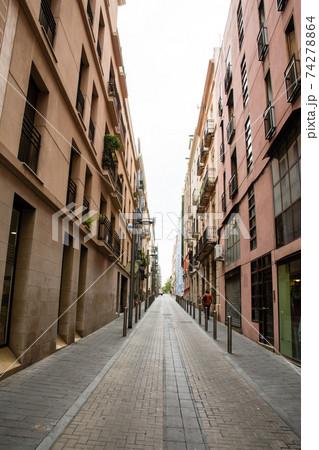 スペインバルセロナ郊外の町タラゴナの街並み 細道の両脇に並ぶアパート 74278864
