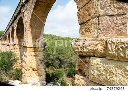 スペインバルセロナ郊外の町タラゴナにあるラス・ファレラス水道橋 74279263