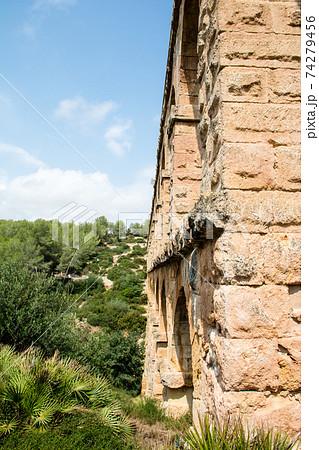 スペインバルセロナ郊外の町タラゴナにあるラス・ファレラス水道橋 74279456