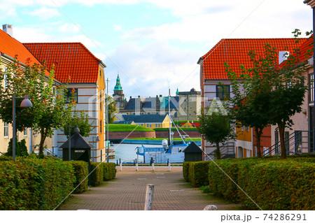 閑静な住宅地から見えるクロンボー城(デンマーク世界遺産) 74286291