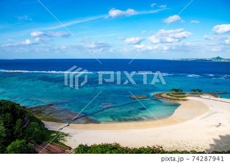晴天の日エメラルドグリーンの海とホテルのプライベートビーチ 74287941