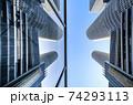 ガラスに写り込むツインタワーを青空に見上げる 74293113