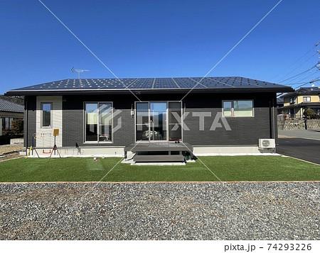 モノクロ平家の注文住宅の外観と人工芝の外構、庭 74293226