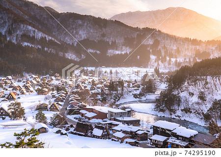 《岐阜県》積雪の白川郷・夕暮れの合掌造り集落 74295190