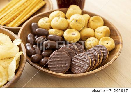 お菓子 チョコレート ビスケット 74295817