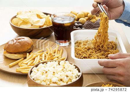 ジャンクフード 間食 74295872