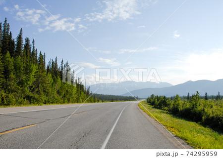 春のカナディアン・ロッキー トランスカナダハイウェイ16号線(カナダ・ジャスパー) 74295959