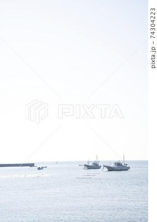 神奈川県三浦市江奈湾に浮かぶ釣り船の風景 74304223