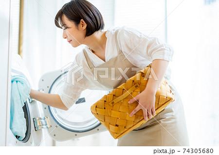 洗濯をする若い女性 74305680