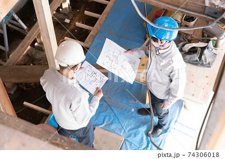 住宅建築現場で働く人々 スケルトンリフォーム 打ち合わせ 見下ろす 74306018