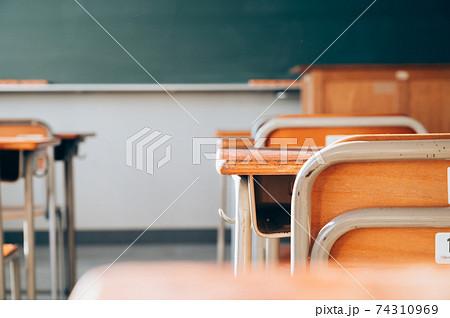 学校の教室 74310969