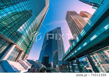 日本の東京都市景観 緊急事態宣言下の汐留・オフィス街などを望む 74311366