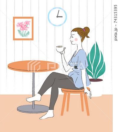 お家でコーヒーを飲む女性 74315395