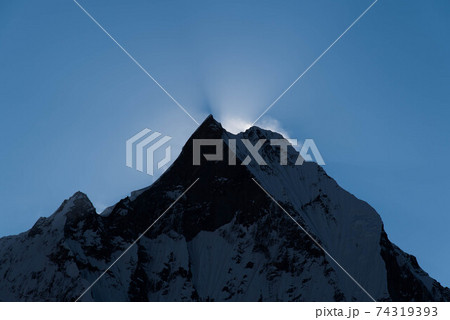 日の出間近のマチャプチャレ(6997ⅿ) 74319393
