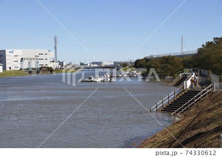 足立区鹿浜:増水した新芝川土手にて(令和元年台風19号) 74330612