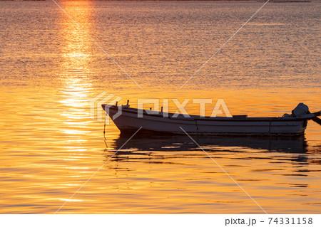 瀬戸内の朝 朝焼けに染まる「海面に浮かぶ小舟 74331158