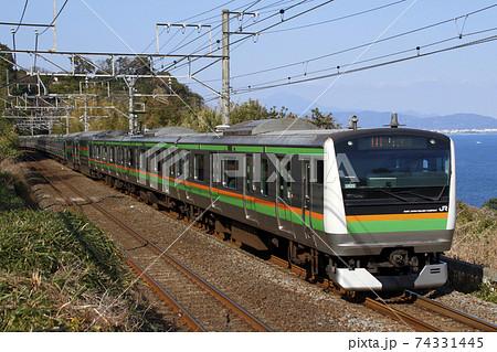 海沿いを行く、東海道線E233系電車 74331445