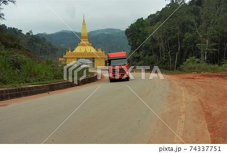アジアの国境:ラオスのボーテンと中国のモーハンの風景 74337751
