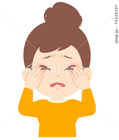 目元のトラブルがつらそうな女性 - 花粉症、アレルギー、感染症 74338197